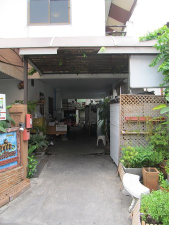 Khaosan Baan Thai: The guest house is at the end of a short walkway.