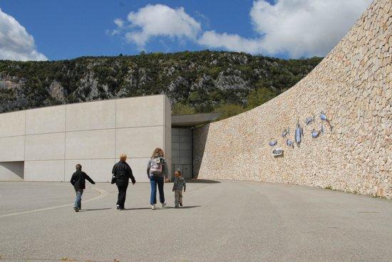 Musee de Prehistoire des gorges du Verdon : Parvis du musée de Préhistoire des gorges du Verdon ©CG04