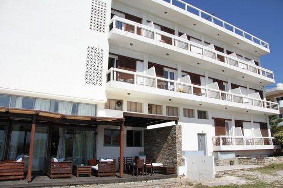 Karystion Hotel : Hotel kamers en lounge zitjes