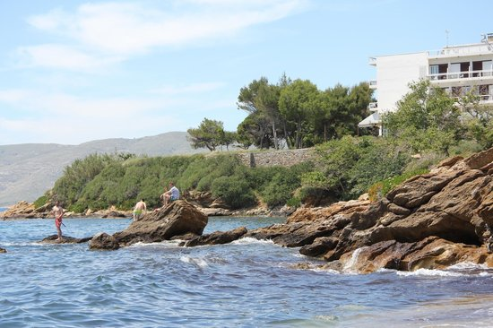 Karystion Hotel : Uitzicht op hotel vanaf strand