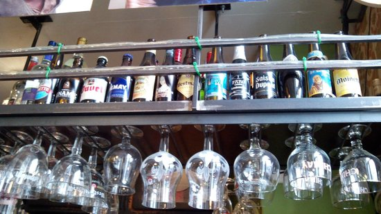 Houtsiplou: Variadas cervezas, cada una con su copa correspondiente.