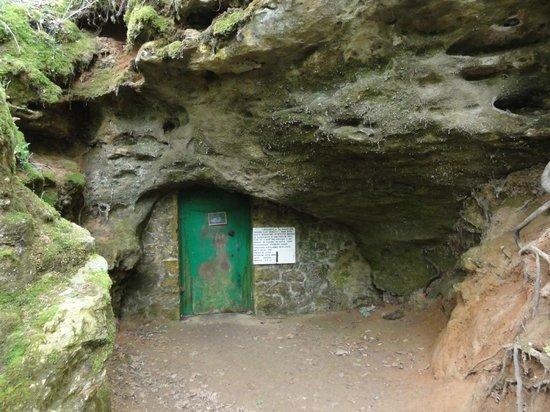 Grotte de Bernifal : Et la porte qui donne accès à la grotte