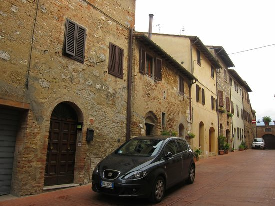 Bettini Aladina Affittacamere: The B&B is located on a side street right in the heart of San Gimignano.