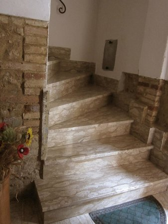 Bettini Aladina Affittacamere: A stairway leads to the rooms on the second floor, each with ensuite bathroom.
