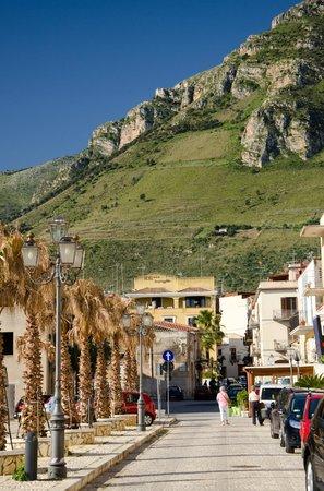 La Piazzetta Hotel: Hotel seen from the seaside