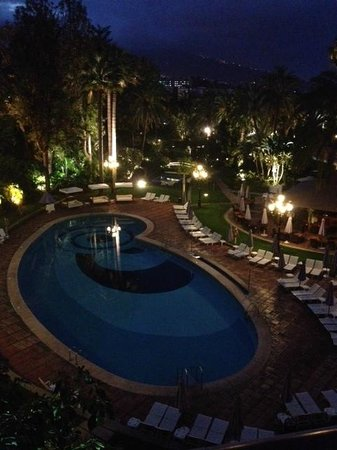 Hotel Botánico & The Oriental Spa Garden: pool are in the evening