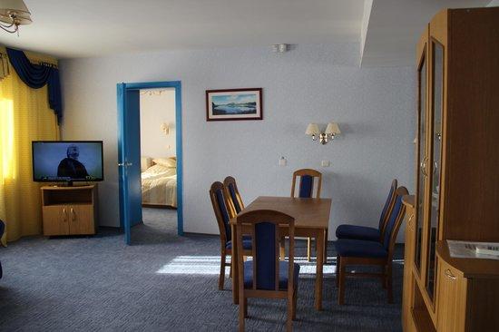 Luchesa Hotel : Гостиная и вид на спальню