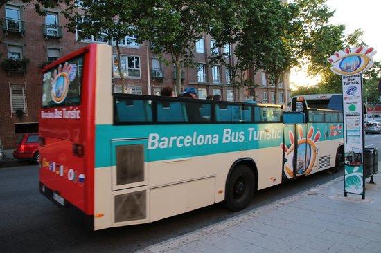 Barcelona Bus Turistic : 緑ルートのバスは普通のバスのオープンカー
