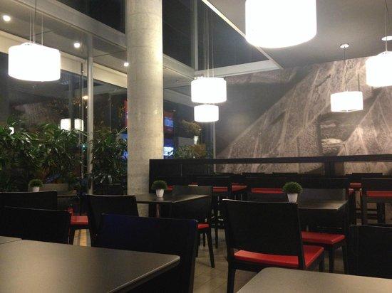 Ibis Barcelona Centro: Restaurante no térreo, de frente para a rua