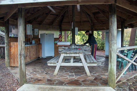 Kauri Coast Top 10 Holiday Park: Gazebo kitchen with everything you need and so very clean!