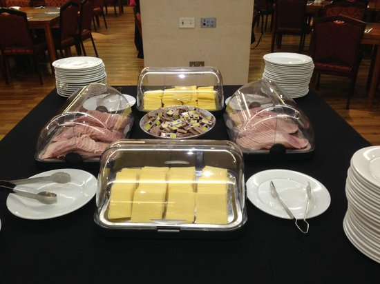 Central Park Hotel: Main breakfast served with room