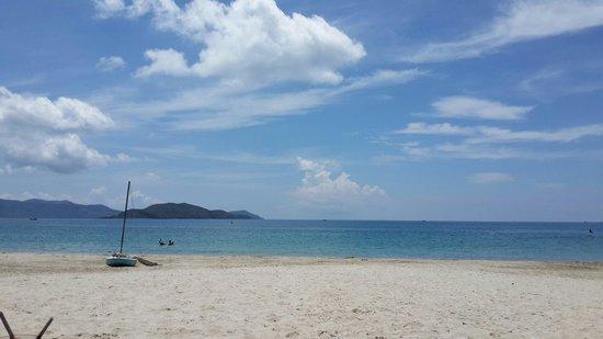 Diamond Bay Resort & Spa: Дальний пляж.