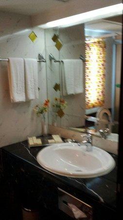 Salvo Hotel Shanghai: Bathroom