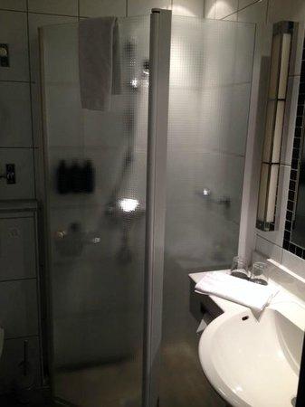 Nordic Light Hotel: Shower