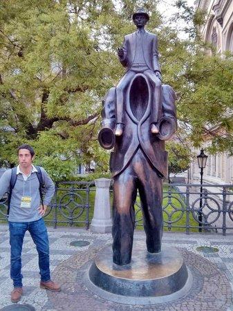 Discover Prague Tours : Rafa ante la estatua a Kafka
