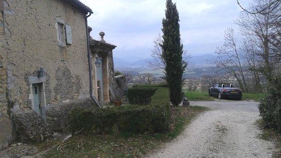 Chateau de Fontblachere: Portail d'entrée avec vue sur la vallée