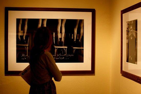 Helmut Newton Foundation: Pensive devant une photographie...