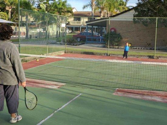 Seashells Beachfront Resort: Tennis courts