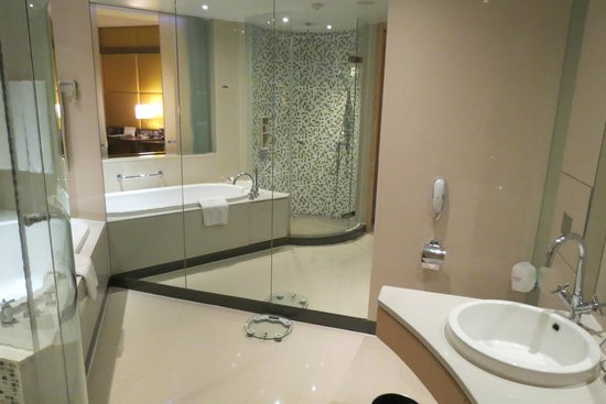 Centara Grand at CentralWorld : Our bathroom