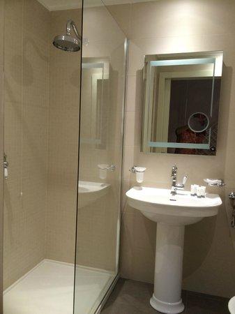 La Castellana : Douche italienne et miroir anti-buée