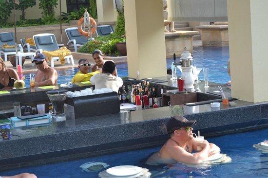 Holiday Inn Resort Phuket: Sunken bar in Busakorn pool