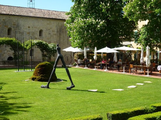 Hostellerie de l'Abbaye de la Celle : Gardens with art