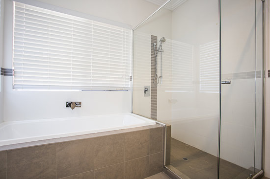Lakeside Retreat: Bathroom for White & Green Room