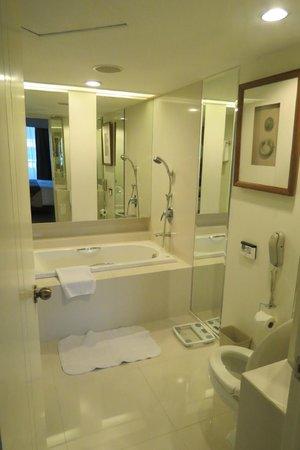 Dusit Thani Bangkok: Bathroom