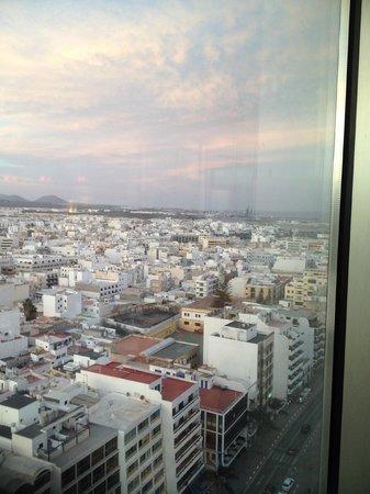 Lancelot Hotel: View of Arrecife from top floor of Grand Hotel