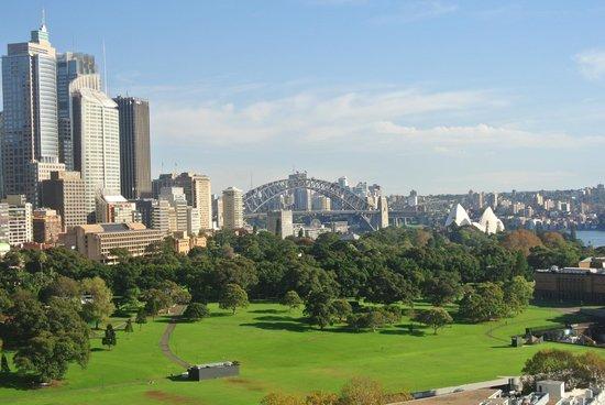 The Sydney Boulevard Hotel: Blick über Park zur Harbour Bridge und Opera (Tele)