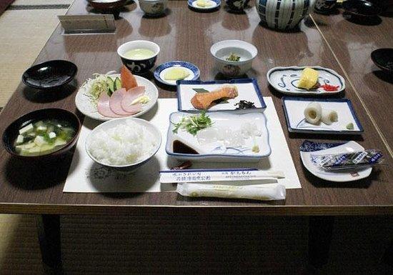 Kaemon Ryokan: ボリューム満点♪イカ刺し付和朝食という内容
