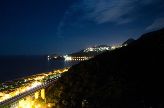 Hotel Antares: Taormina seen by night from our balcony