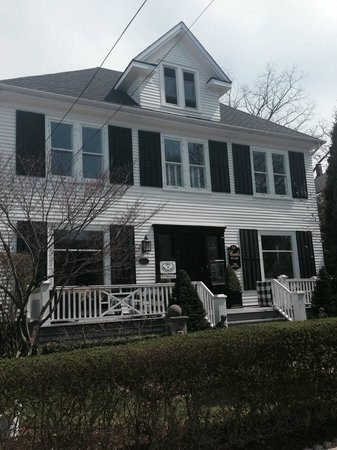 Cecile's House: Front of B&B