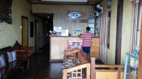Sea Coral Lodge: Front desk