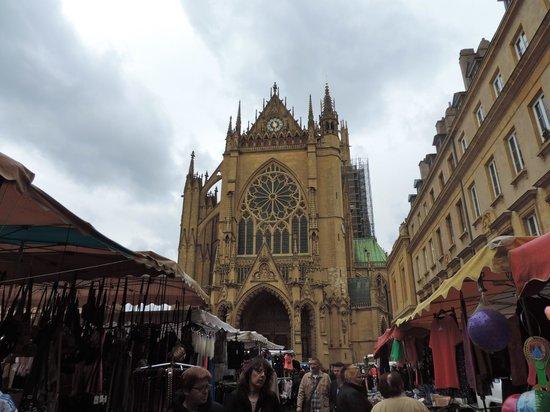 Cathédrale Saint-Étienne : Cathédrale et marché
