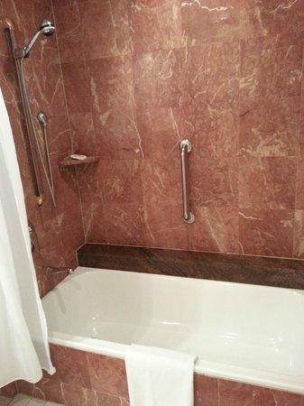 Pullman Cairns International: Grand marble bathroom no water pressure.