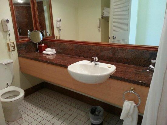 Pullman Cairns International: Marble bathroom