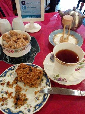 Hettie's Tearoom: Heather tea and a nutritious flapjack.