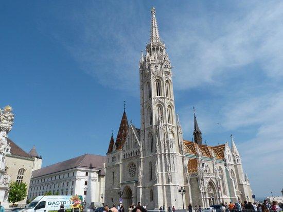 Hilton Budapest: Mattyas Church next to Hilton