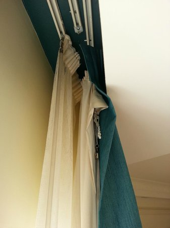 Pullman Cairns International: The curtains falling off the rack.