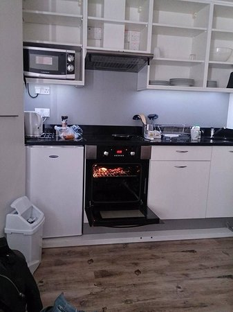 Finsbury Serviced Apartments: Fold Away Kitchenette (cooking breakfast!) - Studio Apartment for 2.