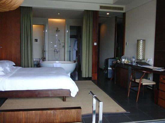 Hilton Sanya Yalong Bay Resort & Spa : 大きなバスタブのあるお部屋