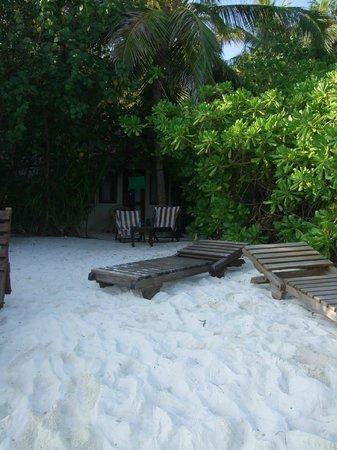 Makunudu Island : sunbeds (without their padding on)