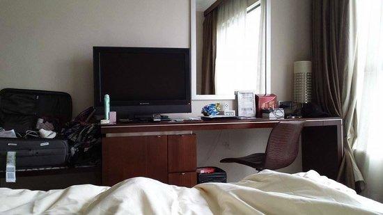 Dorsett Wanchai, Hong Kong : Desk / TV area