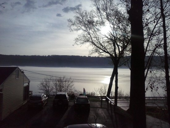 Admiral Peabody's Lakeside Lodging: Wonderful view to wake up to!