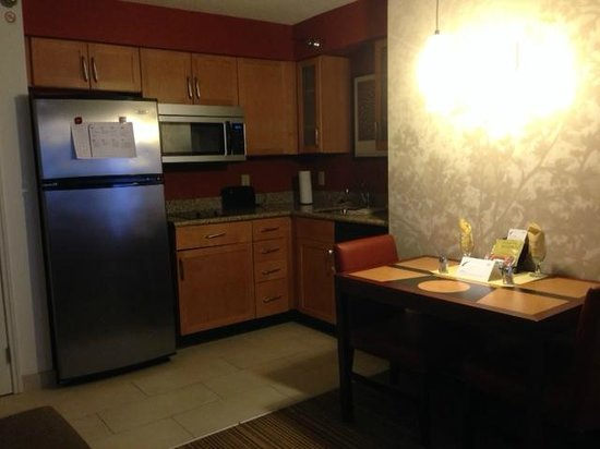 Residence Inn Lansing West: Loaded Kitchen & Dining
