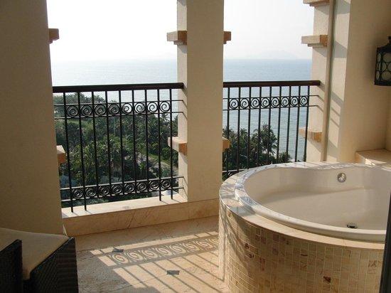 Crowne Plaza Resort Sanya Bay: バルコニーのバスタブ(2)