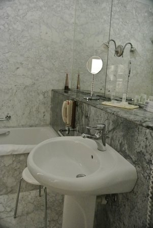 The Xara Palace Relais & Chateaux : Beautiful marble in the bathroom