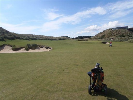 Barnbougle Dunes Cottages : 18th fairway with restaurant on dune top right