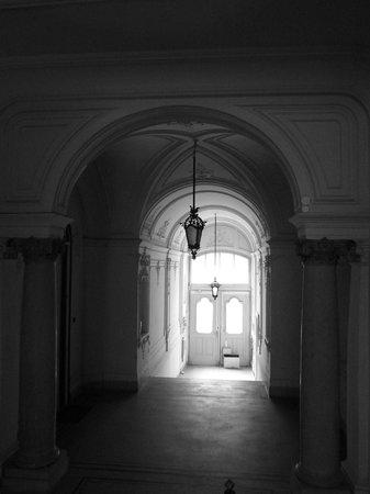 Brody House: Entrance hall.